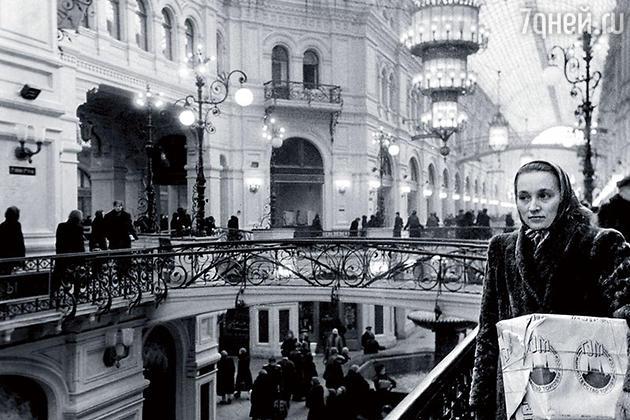 Обновленный ГУМ — «самый большой и самый лучший» советский магазин — открылся в декабре 1953 года, на следующий день после расстрела Лаврентия Берии