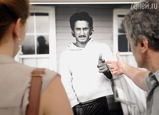 Посетители выставки перед портретом Шона Пенна