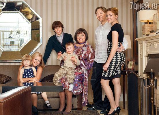 На этом снимке Наташа в окружении семейства: дочки Маши, мужа Игоря, сына Ивана, его жены Юлии и внуков Насти и Никиты