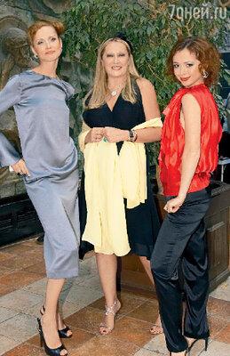 Татьяна Михалкова в окружении «моделей» Наталии Лесниковской и Елены Захаровой