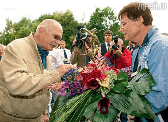 На акции «Актеры против пиратов» Борис Токарев вручил Никите Михалкову приз от Гильдии актеров кино России