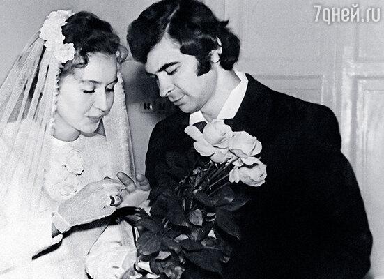 Предложение выйти за него замуж Илья сделал мне десятого июля 1974 года, в день своего рождения