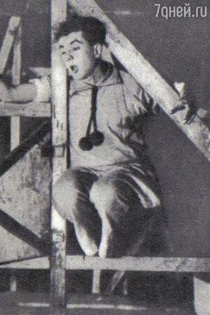 Игорь Ильинский. Сцена из спектакля Театра Мейерхольда «Великодушный рогоносец». 1922 год