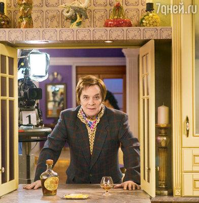Владимир Владимирович Прутковский (Александр Филиппенко) — заправский бездельник и выпивоха