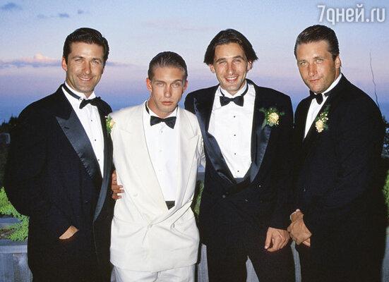 Они были дружны мальчишками, сумели пронести свою дружбу сквозь время, не рассориться и по сей день искренне радуются встречам. На фото братья Болдуины (слева направо): Алек, Стивен, Уильям, Дэниел, 1990 г.
