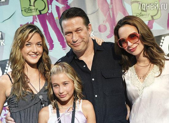 Стивен постоянно изводил себя вопросами: что он делает? Ради чего живет? Единственная радость — жена и две дочери, крепкий семейный тыл, 2008 г.