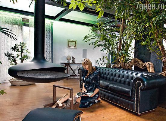 Весь интерьер своей квартиры в итальянской Парме певица придумала сама. В центре — авангардный «потолочный» камин