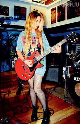 Лиза давно увлекается рок-музыкой
