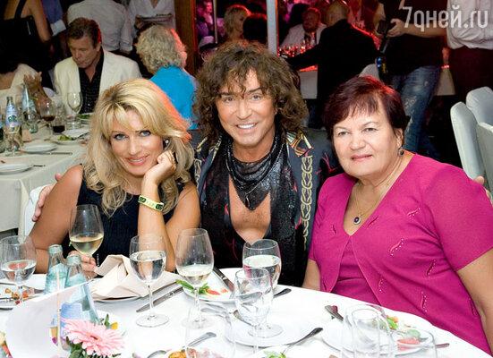 Валерий Леонтьев с мамой именинника Светланой Семеновной и его сестрой Аллой
