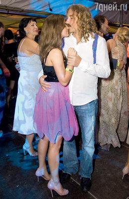 Игорь Николаев целовал свою девушку Юлю при каждой возможности