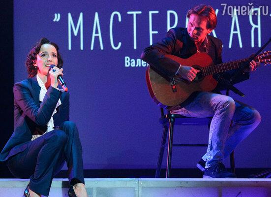 В первом блоке концерта состоялась премьера песен из альбома Валерии Ланской