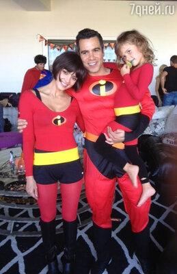Джессика Альба с семьей — мужем Кэшем Уорреном и дочерьми Онор и Хэвен — выбрали себе одинаковые костюмы. «Невероятные! Счастливого Хэллоуина!» — написала Альба в своем «Твиттере», опубликовав фотографию, на которой все они изображены в костюмах суперменов на вечеринке в Западном Голливуде