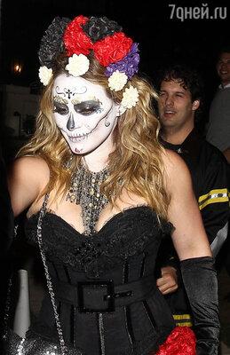 «Даааааа! День сумасшедших мертвецов!» — написала Хилари в микроблоге, поделившись с читателями снимком, на котором она изображена в образе мертвой невесты