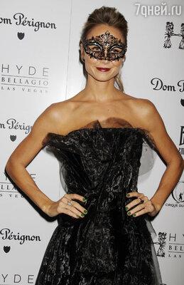 На маскараде в клубе в Лас-Вегасе модель Стейси Кейблер появилась в декоративной маске и одетой по случаю и с соблюдением всех модных трендов — платье из коллекции «Peter Som», туфли от «Jimmy Choo», украшения «Dana Rebecca» и «Graziela» и клатч от «Kotur»