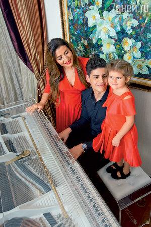 Жасмин с сыном Михаилом и дочкой Маргаритой