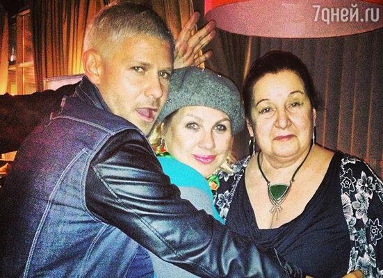 Мама именинника Тамара Павловна  пришла поздравить Митю с его очередным днем рождения