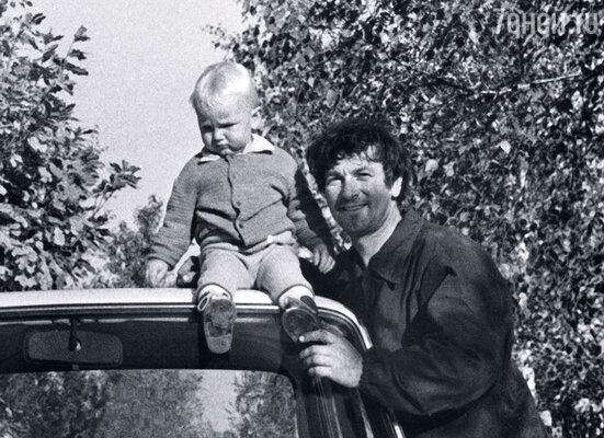 О ребенке мечтали много лет, но родить мама смогла только в тридцать девять. В долгожданном сыне Бореньке они с папой души не чаяли. Папа с Борей