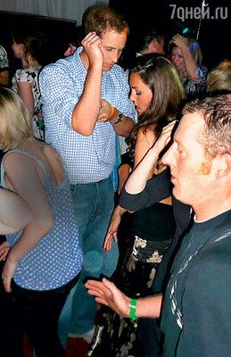 До женитьбы Уильям любил повеселиться вночных клубах. С Кейт в своем любимом «Boujis» 2008 г.