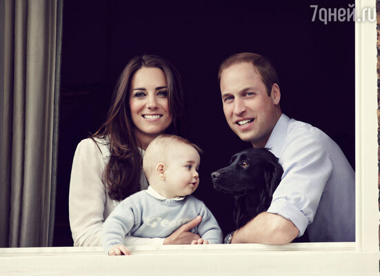 К трехлетнему юбилею свадьбы родителей Джордж отрастил первый зубик. Своими круглыми щечками юный принц явно пошел вотца. Новый семейный портрет Кейт и Уильяма с восьмимесячным Джорджем