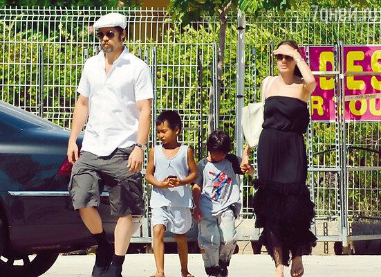 Брэд Питт и Анджелина Джоли с сыновьями Мэддоксом и Паксом Тьеном