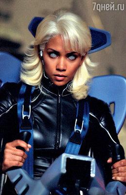 Хэлли Берри (Шторм) наотрез отказалась носить страшно неудобные цветные контактные линзы. Горящие глаза ей пришлось подрисовывать на компьютере