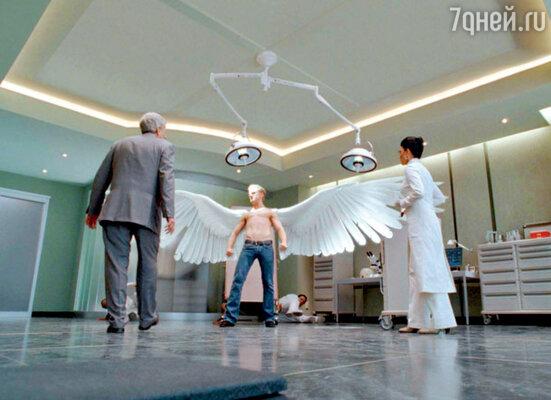 Крылья, изготовленные для актера Бена Фостера (Ангела), оказались тяжеловаты. Пришлось заменить их на другие — из более легкого пористого материала