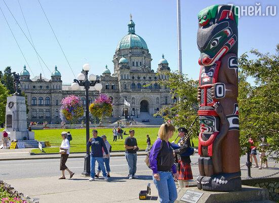 ...а вот такой роскошный тотем установлен в городе Виктория, провинция Британская Колумбия