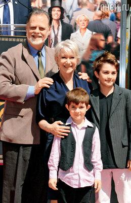 С мужем — режиссером Тэйлором Хэкфордом и его внуками