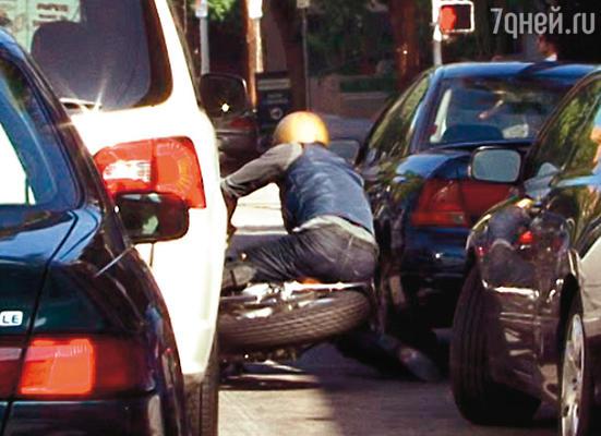 Брэд Питт падает с мотоцикла