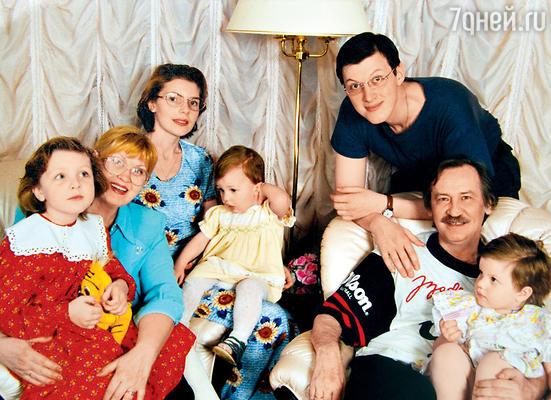 Собираясь получать паспорт, Денис попросил Леню усыновить его, он хотел взять фамилию Филатов. Леонид и Нина с Денисом, его женой Аллой и внучками Олей, Машей, Таней. 1999г.