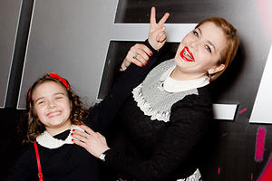 Ирина Пегова и ее дочка пришли на премьеру в одинаковых платьях