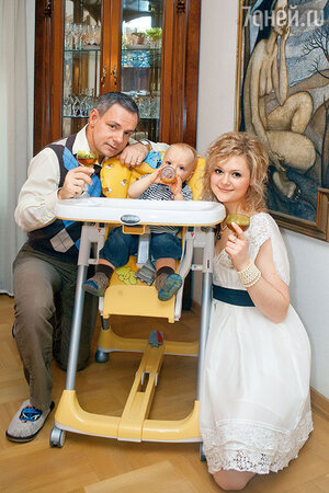 Дарья Калмыкова и Александр Мохов с сыном Макаром.