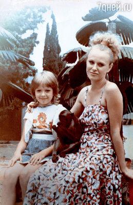 С мамой Таисией Николаевной во время отдыха на юге. 1985 г.