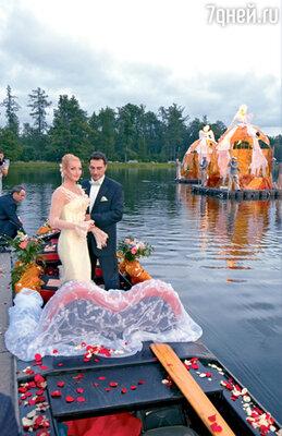 «Как можно было ожидать подобного от человека, который устроил для меня в прошлом году невероятную по красоте, фантастическую свадьбу в Екатерининском дворце Санкт-Петербурга! Помню, как Игорь переживал, беспокоился, желая сделать мне приятное. Его интересовала любая мелочь — какого цвета будут салфетки на столе, какие цветы, как украсят нашу карету»