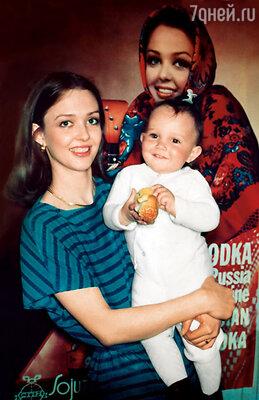 Когда мы поженились с Панкратовым, Диночке было три года. Она очень привязалась к Саше, хотя он ребенком особенно не занимался, к тому же у нее был родной отец...