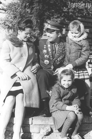 Юрий Гагарин с женой  и дочками