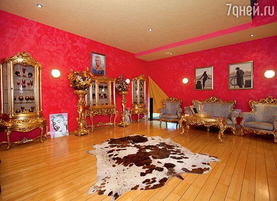 Роскошный гарнитур в гостиную на первом этаже  писательница заказывала в Италии