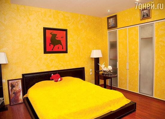 Стены в спальне на первом этаже покрашены желтой венецианской краской для «солнечного» настроения с утра