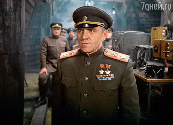 Я действительно не знаю, кто лучше Ульянова смог бы сыграть маршала Жукова. Ну разве что Мишина жена! Кадр из фильма «Освобождение»