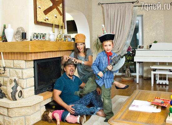 Гостиная с камином — любимое место отдыха всей семьи. С женой и сыном Ваней