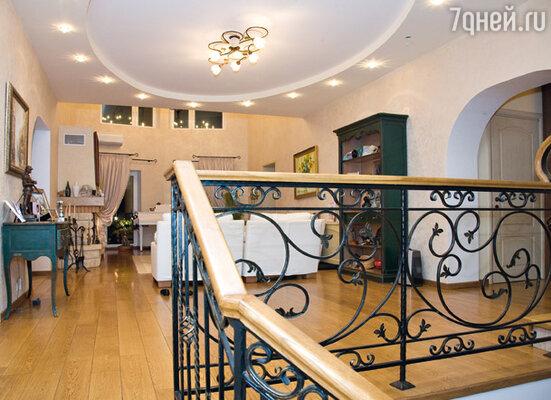 «Давно мечтал именно о такой гостиной — двухэтажной, с высоченными потолками, с большим балконом»