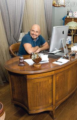 Выставить музыкальные награды в кабинете Сергей долго отказывался — из скромности
