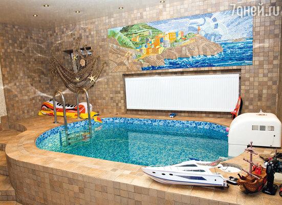 Бассейн украшен мозаикой на тему «Лигурийское побережье Италии»
