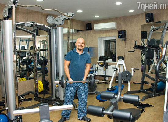 Оснащению спортзала музыканта позавидует иной фитнес-центр