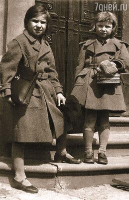Особенно страдала от  Олиного напористого характера Лена. На фото Оля Аросева (справа) с сестрой