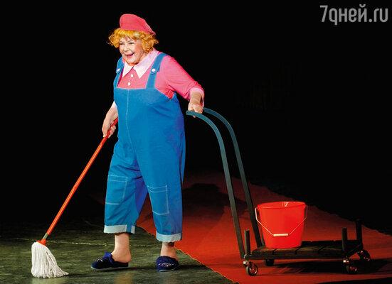 Тетя Оля сохранила верность своему театру. Она считала себя актрисой именно Театра сатиры, и никакого другого... (Спектакль «Триумф на Триумфальной»)