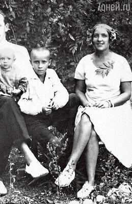 Семья Анофриевых: отец Андрей Сергеевич держит на руках маленького Олега, справа его брат Сергей от первого брака матери, мать Мария Гавриловна. 1931 г.