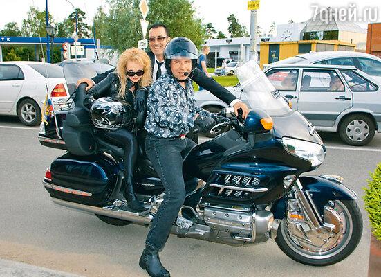 Лариса Долина и Илья Спицин прикатили на крутом мотоцикле и весь вечер обнимались, опровергая слухи о разводе