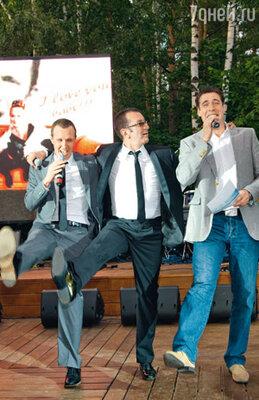 Игорь Верник, Александр Буйнов и Дмитрий Дюжев исполняют песню, написанную Александром для жены