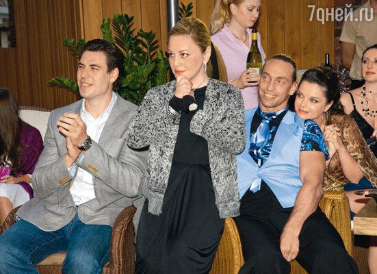 Дмитрий Дюжев, Алена Буйнова, Сергей Глушко, Наташа Королева и Алика Смехова смотрят, как «жгут» танцующие